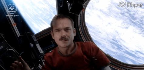 crhis hadfield sings Space Oddity